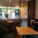 ドトールコーヒーショップ - 禁煙席から喫煙席を眺めて