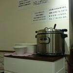 炒飯と酸辣湯麺の店 キンシャリ屋 - セルフのスープコーナー