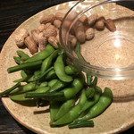 モンカジ - 料理写真:枝付き枝豆と塩ゆで落花生