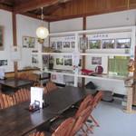 そば処 なかい - 店内は家具調のテーブルと地域の写真で落ち着いたムードです