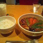 54442617 - ニラ豚スープカリー(なすび・ピーマン・にんじん・おくらトッピング)