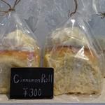 ピピネオ - 他の方のレビューでシナモンロールが美味しいとあったので、 1個購入(300円)。