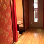 54444692 - 廊下を挟んで個室があります