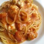 54457069 - モッツアレラが入ったトマトソーススパゲッティ