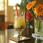 cafe&gallery 三日月や - グレープフルーツジュース。お好みで、黒タピオカが全てのドリンクにトッピングできます。(+150)