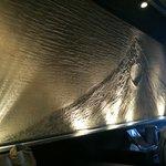藤堂 - ライトアップされた壁の富士山