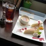 MIRAI restaurant&cafe - アイスティー、 ベイクドチーズケーキ、クレームブリュレ、サワークリームムース