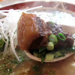 葱一 - 繊維がほぐれる甘濃い醤油味の角煮は、大きいピースが4切れ弱くらい入ってたかなぁ。スープもたっぷり。