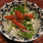 なる美寿司 - 竜田揚げにはサラダが付いています