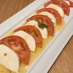 54487377 - トマトとモッツァレラチーズのカプレーゼ
