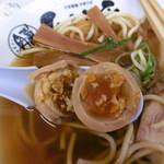 中華そば ひらこ屋 - 竹の箸で、煮卵を真っ二つ!