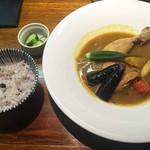 美味これくしょん神田倶楽部 - 「骨つき鶏モモ肉と野菜の賄いスープカレー」1,230円