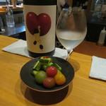 SAKE BAR オトナリ - トマトときゅうりのオトナリ漬け&日本酒