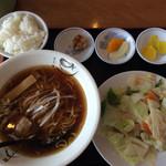 福運来 - 料理写真:醤油ラーメンと海老とキャベツ炒め 626円 写真と違いすぎる!