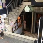 カレーうどん ひかり - 画像③  雑居ビルの半地下の階段を下りていきます('16/08/06)