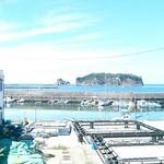 54502924 - カウンターから浮島と漁港が見える。