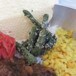 スパイス ラボ ブースト - カレーの他にパパドや豆カレーやおかずが添えられていて、                             混ぜながら食べると美味しい構成にしてあるのは、ミールスと同じです。