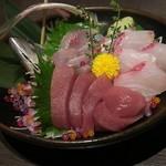 juubeiechigonojizakekakerujukuseibuta - 「本日の水揚げ3種盛り」