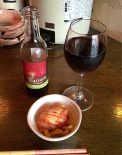 サムライキッチン - 【グラスワイン 赤】(350円税込)この日は、オーストラリア産で小瓶で提供。おつまみのキムチはサービスです。