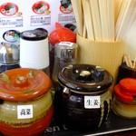 満菜 - テーブルに辛子高菜、紅生姜、にんにく、ごまなど
