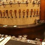 54516083 - 店内中央にはラウンドタイプの巨大サーバーが!