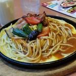 パスタ・デ・ココ - 「マイルドスパイシー」で「チキンと夏野菜のあんかけスパゲティ 鉄板 (980円)」、麺はLサイズ