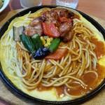 パスタ・デ・ココ - 「チキンと夏野菜のあんかけスパゲティ 鉄板 (980円)」を上からみたとこ