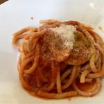 コルヌ コピア - 料理写真:トマトとチーズのパスタ・ブカティーニ
