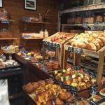 ル・ミトロン - 店内のパン棚
