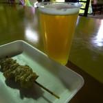 いづ味泉楽 - 焼き鳥(100円)と生ビール(300円)