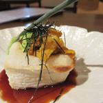 鮮度魚来 かさね - 焼きごま豆腐の雲丹のせ。                             修行先の西中洲の名店『しらに田』のスペシャリテをアレンジしたものだそうです。