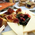 クレールベイサイド ビアガーデン - 油淋鶏とプロセスチーズと海藻サラダ