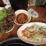 韓国家庭料理 トマト - サンチュで巻いていただきます。