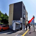 田中屋 - 県道156号線沿いにあります(入り口は赤い⇒の場所)(2016年8月)