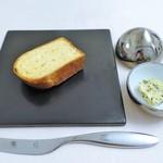 レストラン マサ ウエキ - 赤いお野菜のブリオッシュ、海藻バター