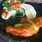 RAJU - タンドリーチキンとサラダ、パパド
