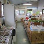 たまごん工房 - お店の中はケーキやお菓子だけじゃなく勿論産みたての玉子や農産物が並んでいます