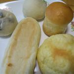 小麦屋 弥平 - 料理写真:買ったパンです メロンパンも買います