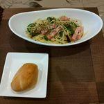 るるぱ - 料理写真:今日のパスタ(ベーコンとゴーヤのアーリオオーリオ)、パン