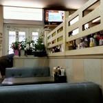 朝日 - 店内の様子、少し高いところにカウンター席