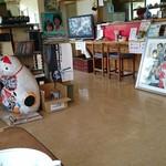 54558839 - 店内、昭和40〜50年代のレコード、映画ポスター