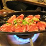 もつ鍋 極味や 西新店 - こちらはお通しです。                             牛バラ肉の鉄板焼きです。                             お店のスタッフが卓上で焼いてくれます。