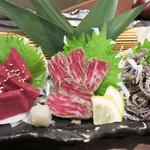 もつ鍋 極味や 西新店 - 牛刺3点盛りです。                             タレは4種類も来ました。