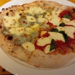 54569824 - ハーフ&ハーフ マルゲリータとゴルゴンゾーラとハチミツのピザ(16-08)