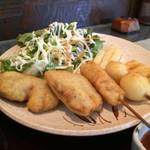 串ひら - 串かつ3本(鶏、うずら玉子、蓮根)と、ミニとんかつ(ヘレカツ)2個、フライドポテトと野菜サラダも付いています