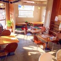 スープカレー トムトムキキル - 朝日の差す明るい店内で朝カレーをどうぞ♪