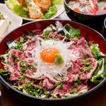 どまん中 - 茨城県産特選牛サーロイン 炙りとろ牛月見丼 焦し玉ねぎの秘伝たれ