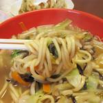 博多ちゃんぽんえいと - スープは、焼きあご・鶏ガラ・豚骨ベースだそうです。 どれも博多に親しまれている出汁です。 ゆえに『博多ちゃんぽん』なんですね。