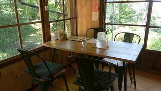 森の音 - 店内の一番奥のテーブル席です。大きなお水のポットもいただき有り難かったです。