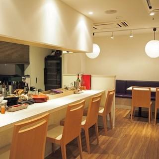 人気のテーブル席・ライブ感のカウンターと楽しめる空間
